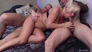 Mature amateur Lizzy loves having reproduction penetration threesome